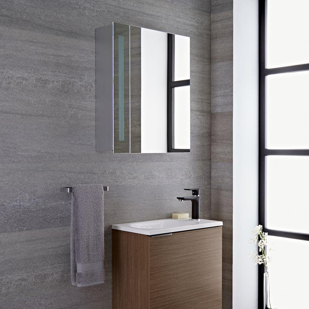 Armario con espejo led y enchufe integrado para cuarto de for Espejos cuarto de bano